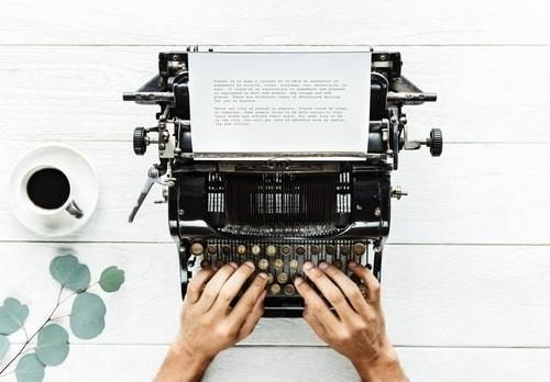 daktiloda yazı yazan eller